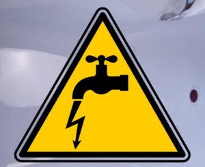 вода бьется током